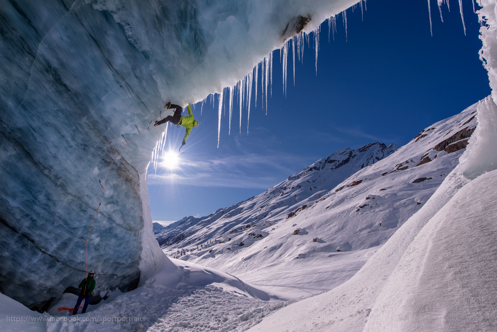 Eisklettern an einem Gletscher in den Alpen, Wallis, Schweiz - Iceclimbing on a glacier in the Swiss alps